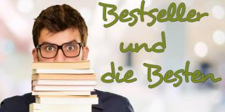 Junger Mann mit einem Stapel Bücher in der Hand
