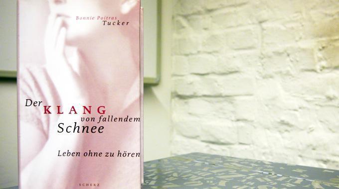 """Buchcover von """"Der Klang von fallendem Schnee"""" vor weißem Hintergrund"""