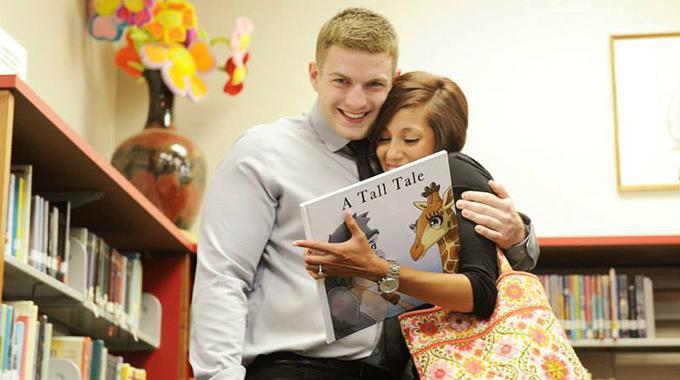 Nach dem Heiratsantrag: Paul und Erika Arm in Arm